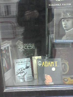 Kniha Kultúrna revolúcia Laca Novomeského nepredajne vystavená v Bratislave